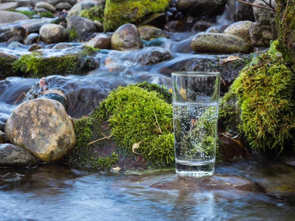 Glas mit Trinkwasser